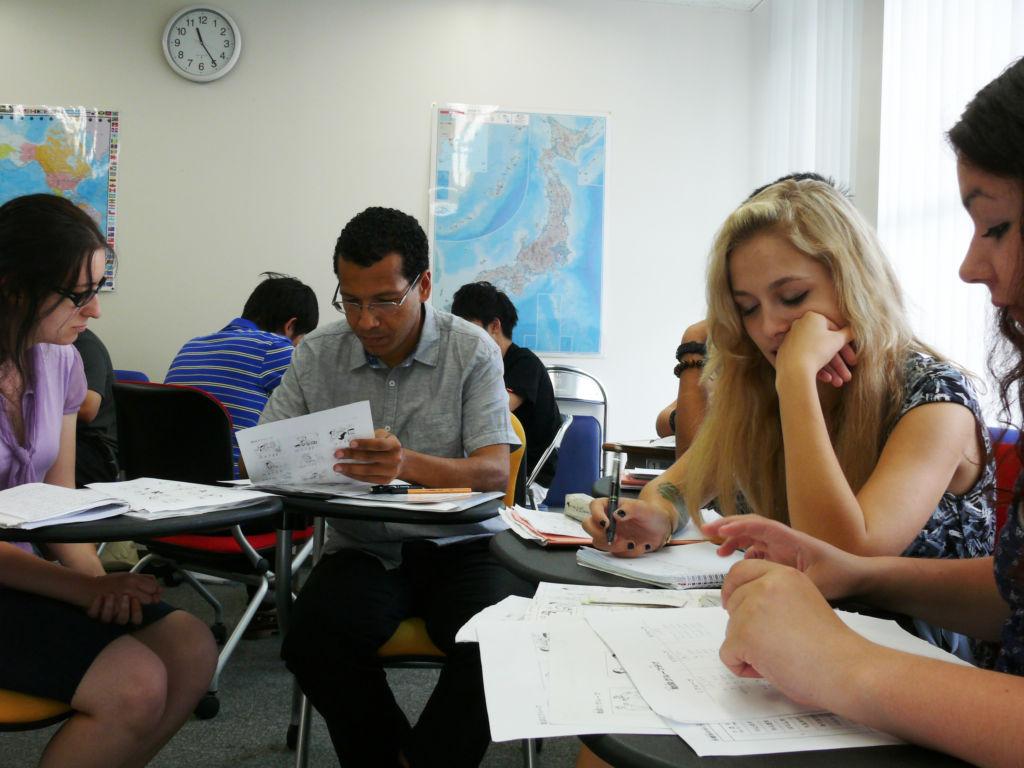 Studenti alle prese con i corsi di lingua giapponese in Giappone.