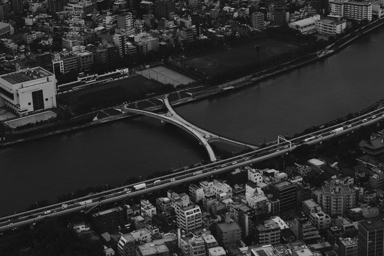 Il poeta del passato giapponese Nagai Kafu descrive nei suoi romanzi il fiume Sumida