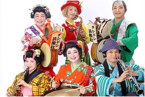 Il gruppo Chindon Geinousha, musica giapponese usata per promuovere negozi e attività