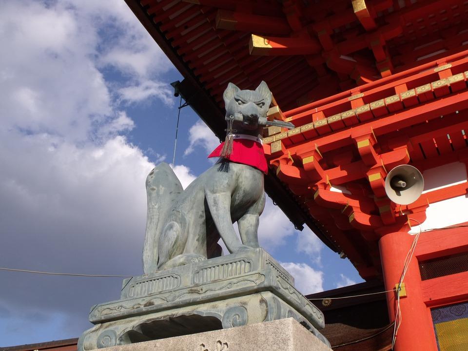La divinità giapponese del riso, della fertilità, dell'agricoltura,  del successo terreno, i suoi messaggeri sono le volpi.