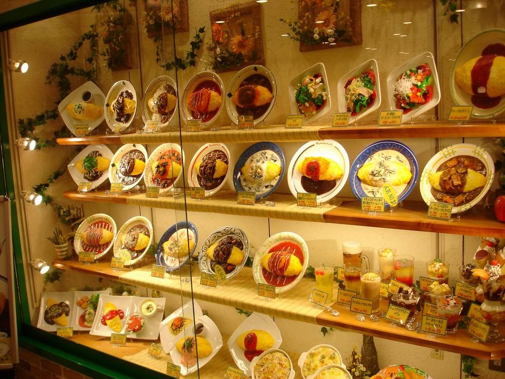 Omuraisu: l'omelette giapponese nella vetrina di un ristorante