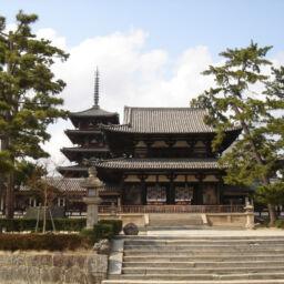 Allo Horyuji si trova la Triade di Shaka, statua più famosa di Tori Busshi