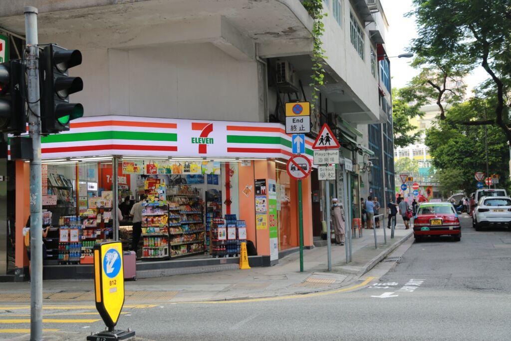 Un convenience store giapponese della catena Seven Eleven