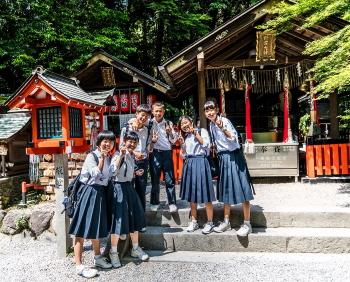 Studenti delle scuole giapponesi in uniforme