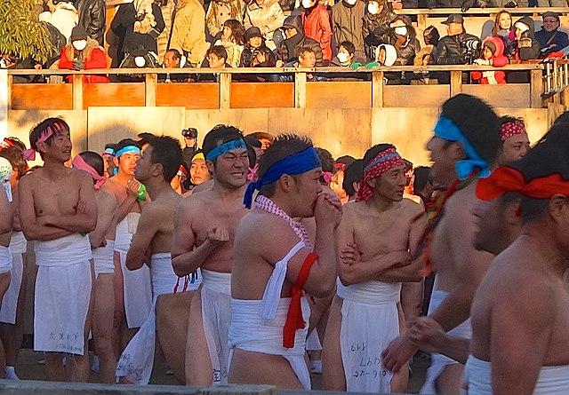 Uomini che aspettano l'inizio del festival