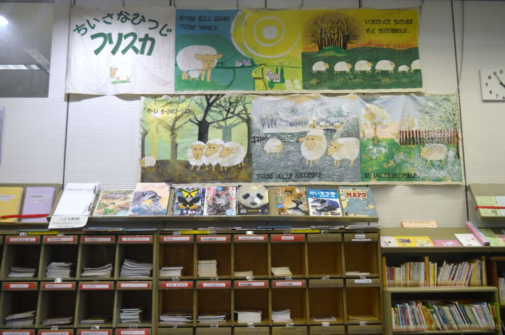 Libreria con vari generi di letteratura giapponese per l'infanzia