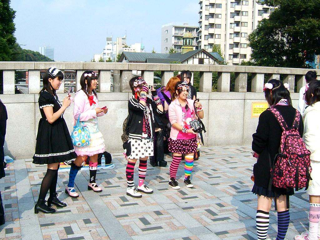 Alcune ragazze giapponese sul ponte Harajuku