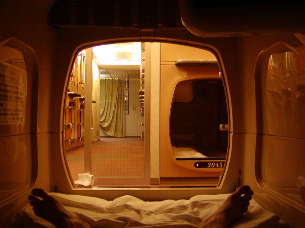 Vista dall'interno di una capsula, un'esperienza per dormire in un capsule hotel