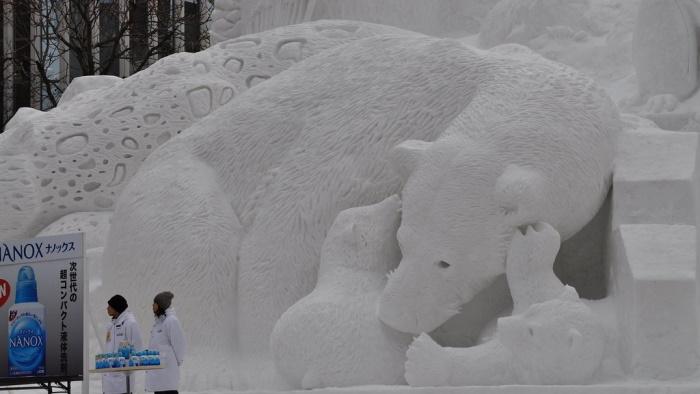 Scultura di neve di orsa e cuccioli