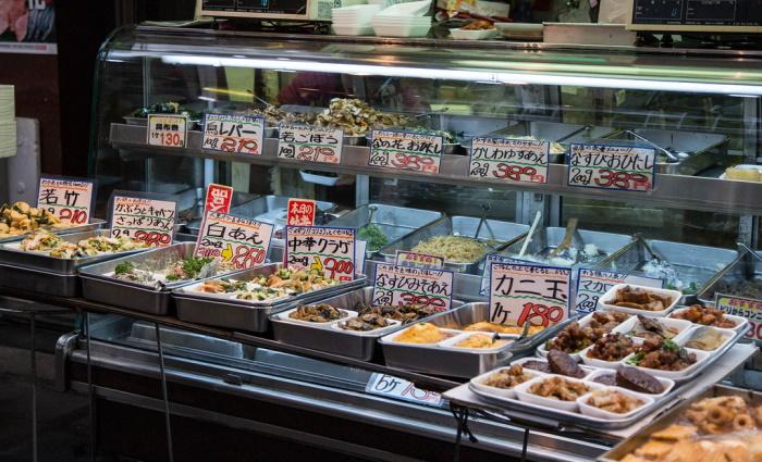 Cibo da mangiare sul posto acquistabile nel Kuromon Market