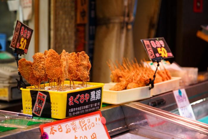 kushiage, chiamati anche kushikatsu, spiedini fritti