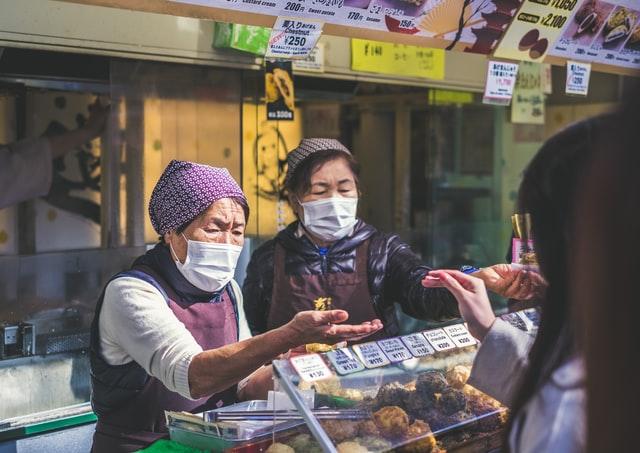 Negozianti con mascherina